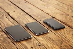Diversas generaciones de smartphones modernos aisladas Fotos de archivo
