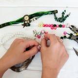 Diversas gotas y herramientas para hacer la joyería Imagen de archivo