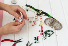 Diversas gotas y herramientas para hacer la joyería Fotos de archivo libres de regalías