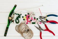 Diversas gotas y herramientas para hacer la joyería Fotos de archivo
