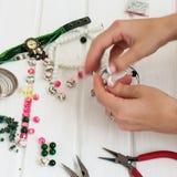 Diversas gotas y herramientas para hacer la joyería Foto de archivo