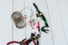Diversas gotas y herramientas para hacer la joyería Fotografía de archivo libre de regalías