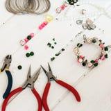 Diversas gotas y herramientas para hacer la joyería Foto de archivo libre de regalías