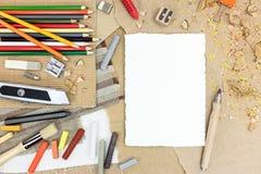 Diversas herramientas creativas en el primer de la tabla Imagen de archivo