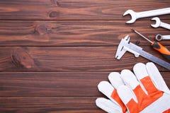 Diversas herramientas de la construcción en fondo de madera marrón con el espacio de la copia imagen de archivo libre de regalías