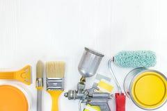 Diversas herramientas de la pintura en el fondo de madera blanco Fotos de archivo libres de regalías