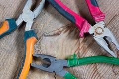 Diversas herramientas en un fondo de madera, alicates foto de archivo libre de regalías