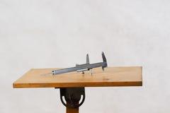 Diversas herramientas en un fondo de madera - destornillador, calibrador de la construcción Visión superior Fotos de archivo libres de regalías