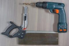 Diversas herramientas en un fondo de madera El taladro, cuchillo, consideró fotografía de archivo libre de regalías