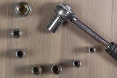 Diversas herramientas en un fondo de madera Llave plegable con las cabezas permutables imagenes de archivo
