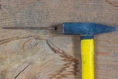 Diversas herramientas en un fondo de madera Martillo y clavo fotografía de archivo libre de regalías