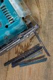 Diversas herramientas en un fondo de madera Rompecabezas y sierras eléctricos foto de archivo