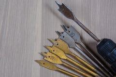 Diversas herramientas en un fondo de madera taladro, taladro de madera, broca concreta Foto de archivo
