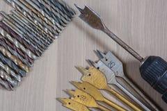 Diversas herramientas en un fondo de madera taladro, taladro de madera, broca concreta fotos de archivo libres de regalías