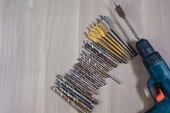 Diversas herramientas en un fondo de madera taladro, taladro de madera, broca concreta imagen de archivo