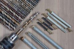 Diversas herramientas en un fondo de madera taladro, taladro de madera, broca concreta Fotografía de archivo