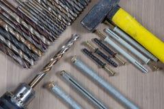 Diversas herramientas en un fondo de madera taladro, taladro de madera, broca concreta Imagenes de archivo