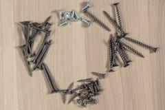 Diversas herramientas en un fondo de madera Tornillos penetrantes Fotos de archivo