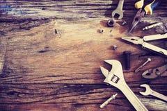 Diversas herramientas en un fondo de madera, visión superior con el espacio de la copia Fotos de archivo libres de regalías