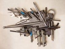 Diversas herramientas en una ejecución del imán en la pared imagen de archivo libre de regalías