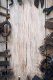 Diversas herramientas en una tabla de madera con el espacio para el texto Fotografía de archivo