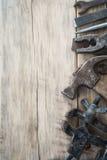 Diversas herramientas en una tabla de madera con el espacio para el texto Imagen de archivo libre de regalías