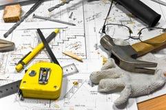 Diversas herramientas están mintiendo en el banco de trabajo del carpintero. Imagenes de archivo
