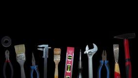Diversas herramientas que mueven encendido el fondo negro almacen de video