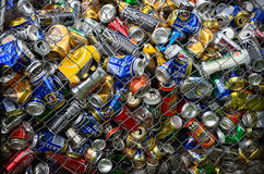 Diversas latas para reciclar en un envase Fotos de archivo