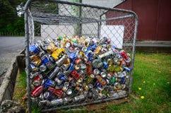 Diversas latas para reciclar en un envase Imagenes de archivo