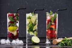 Diversas limonadas frescas en vidrios con los cubos de hielo Foto de archivo libre de regalías