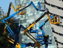 Diversas máquinas desbastadoras da cereja na frente de uma construção moderna Imagem de Stock Royalty Free