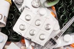 Diversas medicaciones y píldoras en paquetes de ampolla, el tratamiento y prescripciones médicas fotografía de archivo