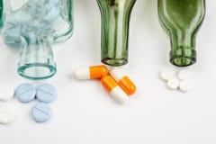 Diversas medicaciones y p?ldoras con las botellas de la farmacia del vintage en un fondo blanco imagen de archivo