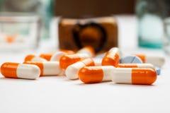 Diversas medicaciones y p?ldoras con las botellas de la farmacia del vintage en un fondo blanco foto de archivo