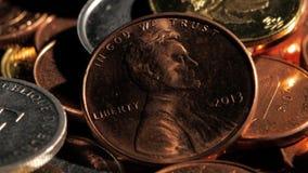 Diversas monedas en el resplandor de la luz Cierre para arriba almacen de metraje de vídeo