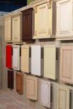 Diversas muestras de muebles de la cocina en la sala de exposiciones fotografía de archivo libre de regalías