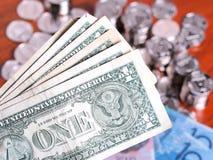 Diversas notas do dólar americano na frente das moedas e das notas imagens de stock