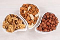 Diversas nueces y almendras que contienen la vitamina, los minerales y los ácidos, concepto nutritivo de la consumición fotos de archivo