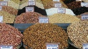 Diversas nueces y frutas en el mercado central de Atenas almacen de video