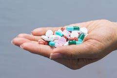 Diversas píldoras de las tabletas a disposición Fotografía de archivo