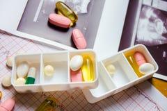 Diversas píldoras en el envase Imagen de archivo