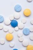 Diversas píldoras médicas en el fondo blanco Fotografía de archivo libre de regalías