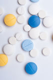 Diversas píldoras médicas en el fondo blanco Fotografía de archivo
