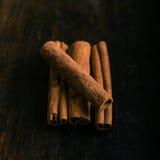 Diversas partes de especiaria da canela Fotografia de Stock