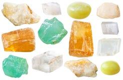 Diversas piedras de gema de la calcita aisladas en blanco Imagen de archivo