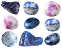 Diversas piedras de gema del sodalite aisladas en blanco Fotos de archivo