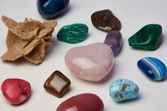 Diversas piedras preciosas contra la superficie blanca imagenes de archivo
