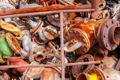 Diversas piezas aherrumbradas envejecidas de equipo obsoleto en el depósito de chatarra fotos de archivo