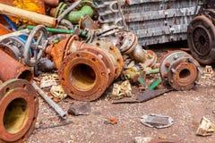Diversas piezas aherrumbradas envejecidas de equipo obsoleto en el depósito de chatarra imágenes de archivo libres de regalías